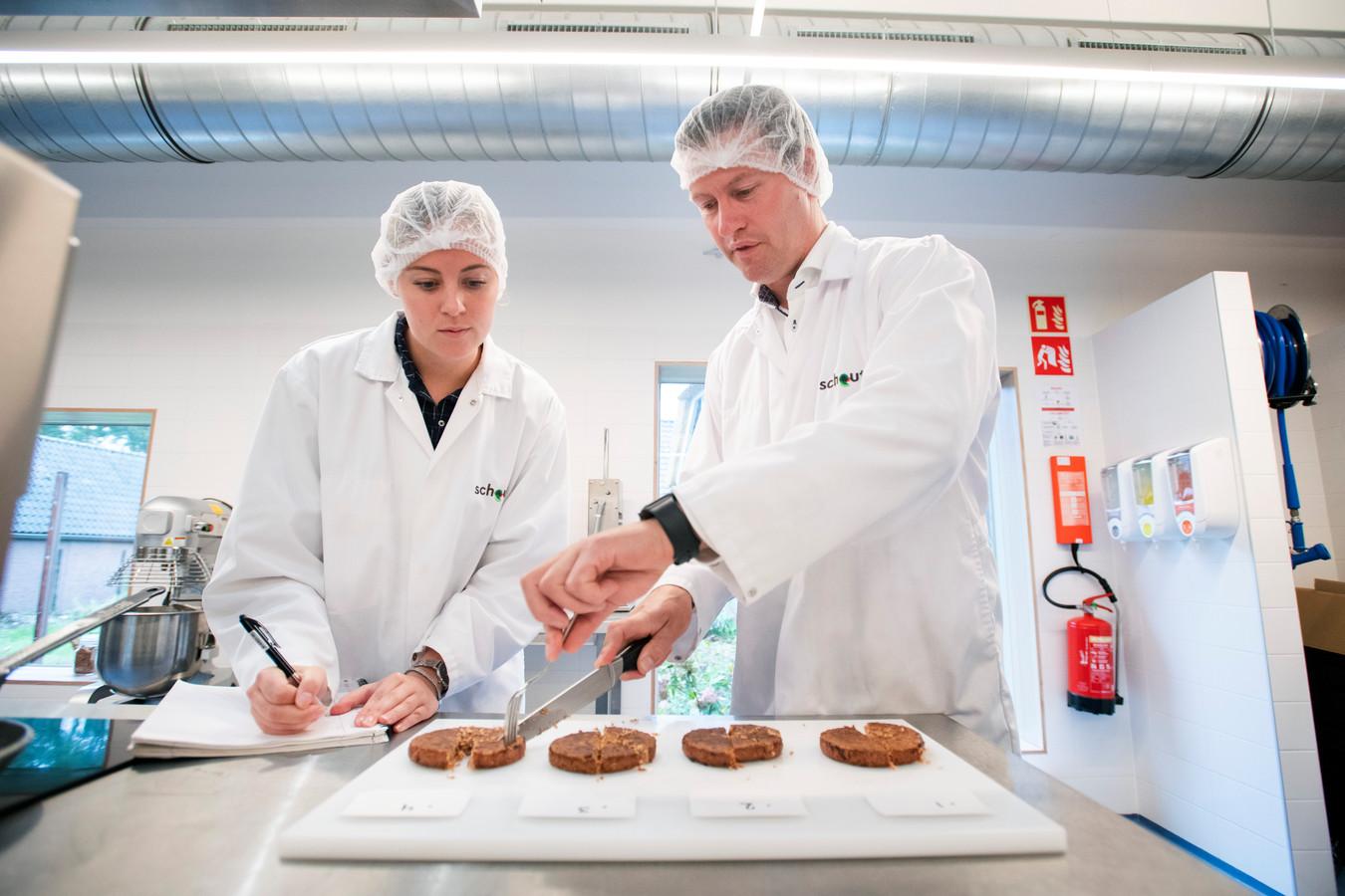 In het laboratorium in Giessen proberen medewerkers van Schouten nieuwe producten uit.