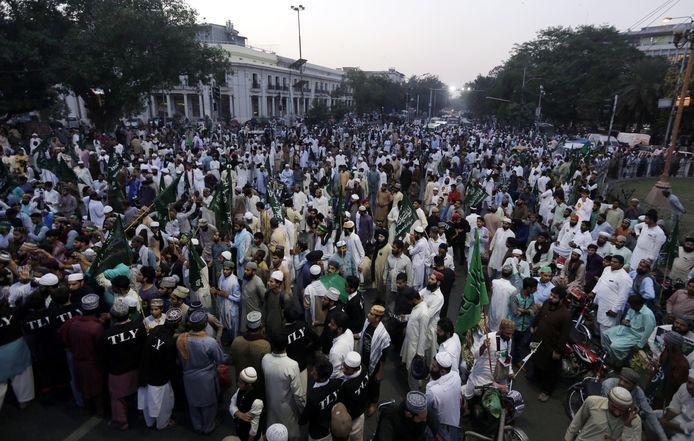 Aanhangers van de islamitische partij protesteren tegen de vrijlating van Asia Bibi.