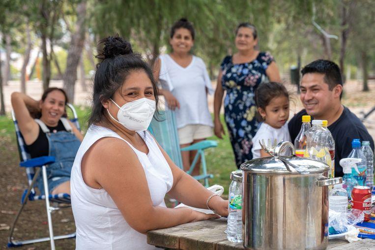 Alison Sipan draagt buiten nog een mondkapje om zichzelf en anderen te beschermen. In het begin van de pandemie werd ze ziek, waardoor ze meer dan een week ondraaglijke pijn in haar spieren had. Beeld Eline van Nes