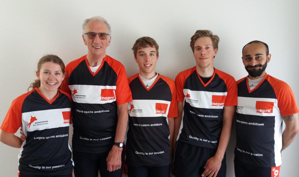 Het schaatsteam van Nieuwkoper Wim Nieuwenhuizen. Van links naar rechts: Quinty van Klink, Wim Nieuwenhuizen, Bart Valentijn, Nino van Dijk en Vishwaraj R. Jadeja.