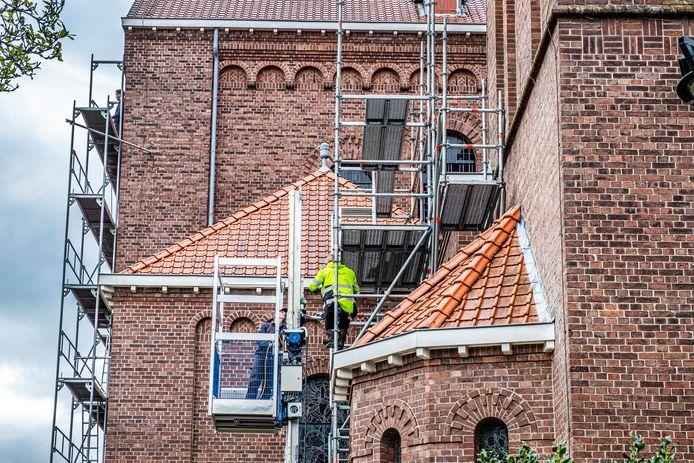 De Cosmas- en Damianuskerk staat momenteel in de steigers.
