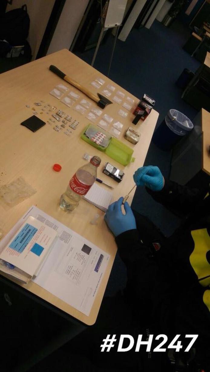 Op de foto is een agent de vloeistof in het cola flesje aan het testen. Dit bleek GHB te zijn.