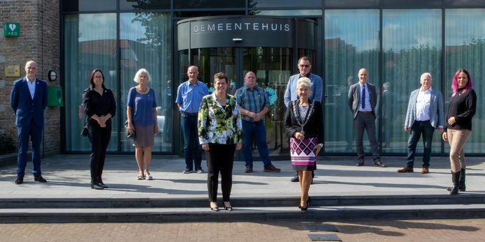 Commissaris van de Koning Ina Adema (voorste rij links) op werkbezoek in Baarle-Nassau. Op de foto verder burgemeester Marjon de Hoon-Veelenturf (voorste rij rechts), wethouders, een deel van de gemeenteraad en de gemeentesecretaris van Baarle-Nassau.