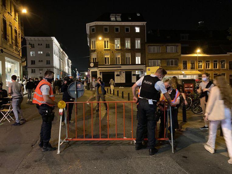 De politie sluit de Overpoortstraat af. Niemand mag er nog in. Beeld Wim Naert