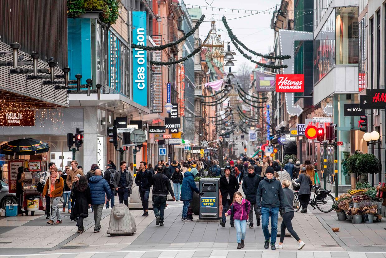 Een drukke winkelstraat in het centrum van Stockholm. Mondmaskers zijn er niet verplicht. Beeld AFP