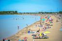 Het strand van Nesselande op een zomerse dag. Bezoekers laten vuil achter, dat de mensen van Buurman deze zomer gaan opruimen.