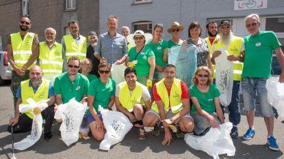Vrijwilligers ruimen zwerfvuil op na buurtfeest