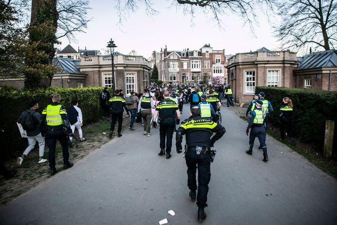 De politie ontruimt het Sonsbeekpark.