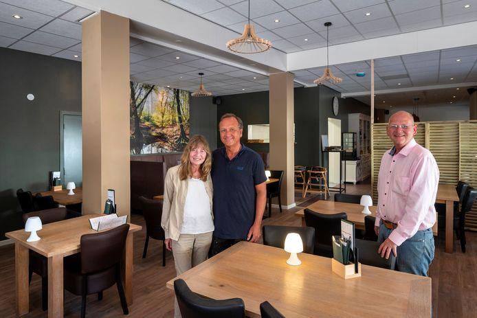 Erica de Jong, John Machielse en Marcel Machielse (vlnr) in hun nieuwe pannenkoekenrestaurant in Renkum.