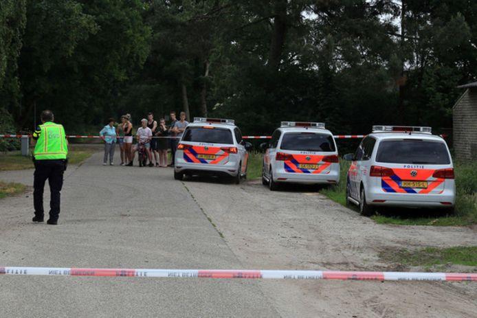 De omgeving van de boerderij aan de Peeldijk in Milheeze werd zondag direct na de vondst van het lichaam afgezet.