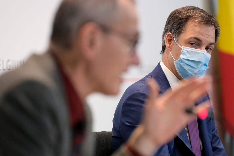 Gezondheidsminister Frank Vandenbroucke (Vooruit) en premier Alexander De Croo (Open Vld). De federale regering is iets voorzichtiger dan de Vlaamse. Beeld BELGA