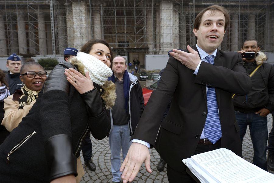 Á son arrivée au Palais de Justice, Laurent Louis était accompagné de quelques supporters qui, comme lui, sont convaincus que l'Etat est dirigé par des pédophiles et un lobby maçonnique, que des sionistes seraient à la manoeuvre pour protéger les réseaux de pervers.