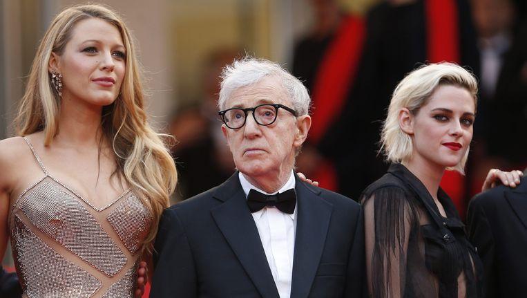 Actrice Blake Lively, Woody Allen en actrice Kristen Stewart op de rode loper tijdens de opening van het filmfestival in Cannes. Beeld EPA