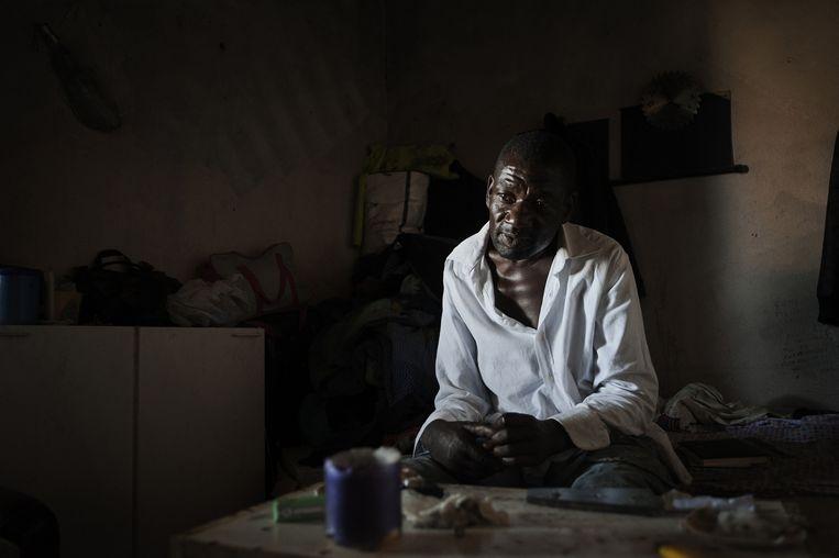 Castelvolturno, Italië, juli 2011. Een werkloze, verslaafde Nigeriaan zonder papieren probeert te overleven in een crackhouse. Beeld Giulio Piscitelli