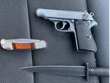 Marechaussee vindt meerdere wapens in dashboardkastje