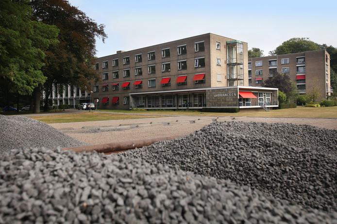 Op de locatie Huize de Braacken aan de Loyolaan in Vught worden 35 dure vrije sector woningen gebouwd, 14 twee-onder-eenkapwoningen en 21 bouwkavels voor vrijstaande woningen.