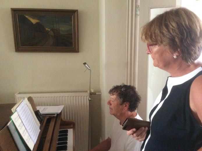 Componist Mark van Platen en de Osse burgemeester Wobine Buijs zweten op het volkslied van de  vrijstaat.