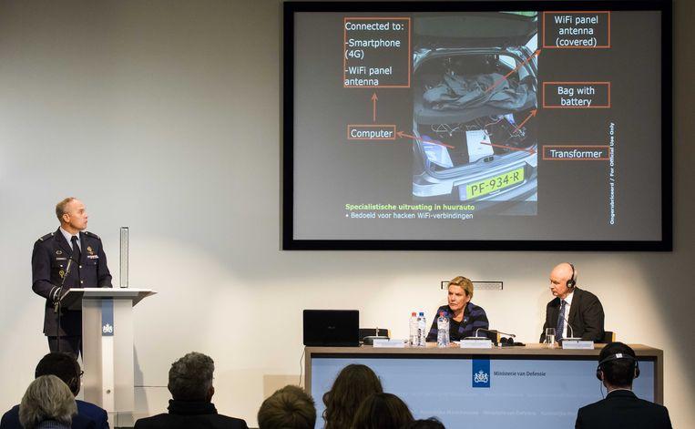 MIVD-hoofd Onno Eichelsheim, minister van Defensie Ank Bijleveld (CDA) en de Britse ambassadeur Peter Wilson tijdens een persconferentie van de Nederlandse Militaire Inlichtingen- en Veiligheidsdienst. Beeld ANP