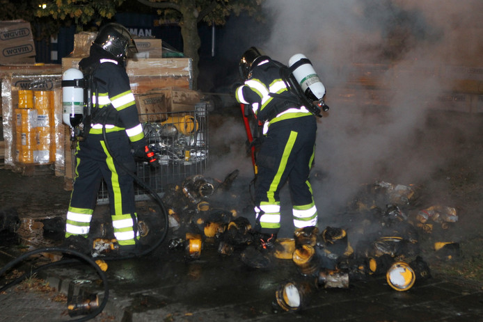 De brand zorgde voor flinke rookpluimen.