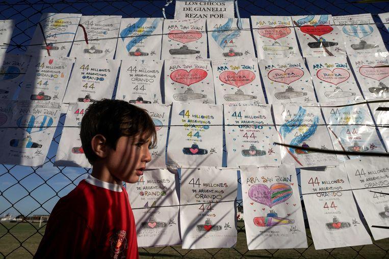 Vanuit het hele land komen er steunbetuigingen, zoals deze kindertekeningen. Beeld AFP