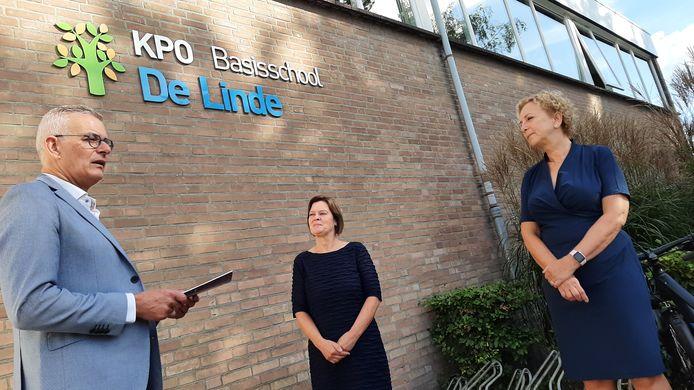 Officieel momentje op basisschool De Linde. Vlnr wethouder René van Ginderen, Cécile Cooijmans van CultuurCompaan en directeur Corine Jacobsz van basisschool De Linde spreken elkaar toe.