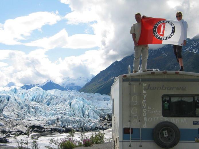 Ook bovenop de camper van Marja en Rinus Goeree uit Ridderkerk wappert fier de Feyenoordvlag. En dat helemaal in Alaska en Canada.