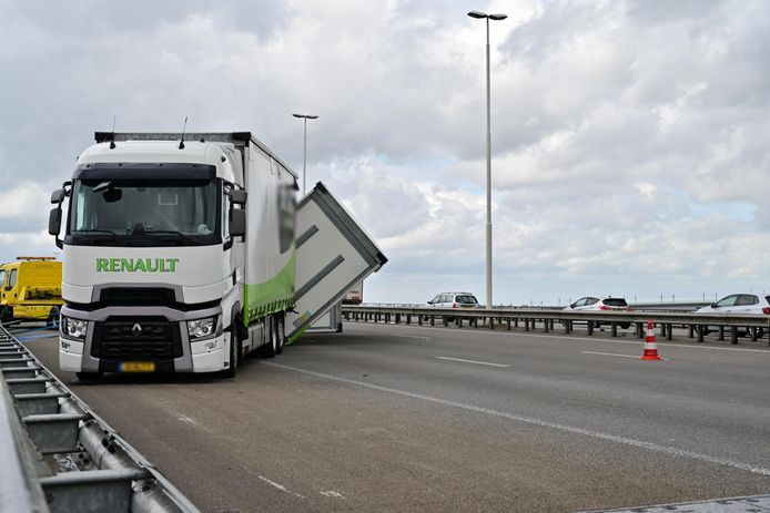 Op de A16 richting Breda is een vrachtwagen omgekanteld vanwege harde wind. Er zijn twee rijstroken dicht.