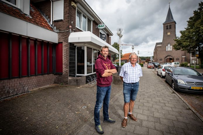 Zoon Bas en vader Jan Tijscholte op de plek waar de discotheek was gevestigd.