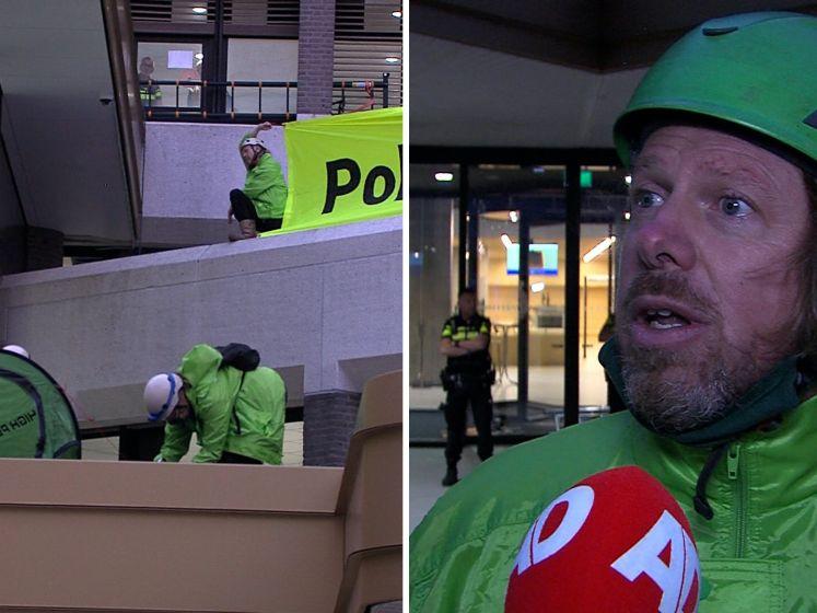 Activisten Greenpeace bezetten dak van Tweede Kamer