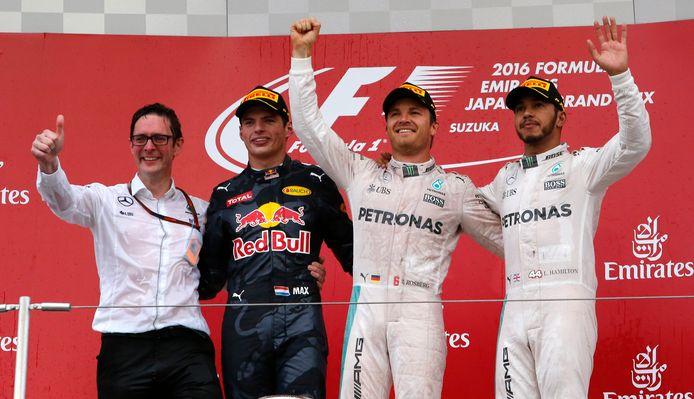 Max Verstappen op het podium met Nico Rosberg en Lewis Hamilton