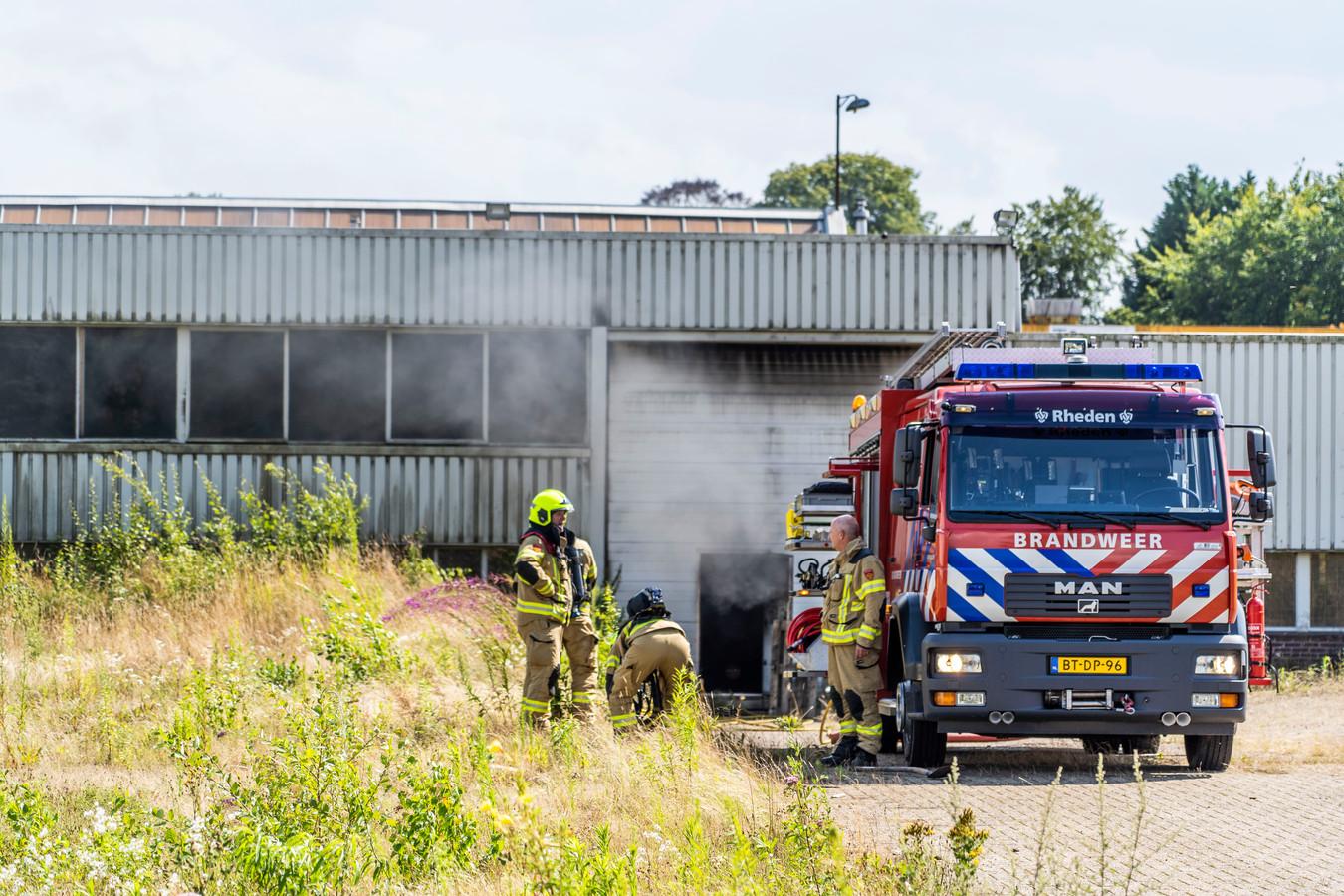 De brandweer bij een bedrijfspand aan de Doctor Langemeijerweg in Rheden. Mogelijk is er sprake van brandstichting.