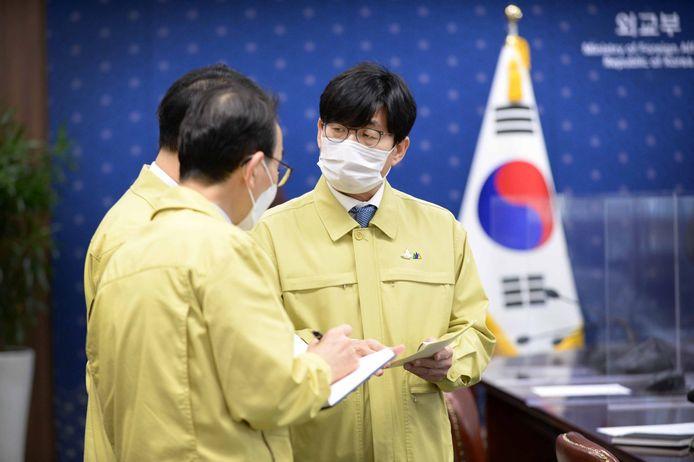 Zuid-Koreaanse ambtenaren discussiëren over de situatie.