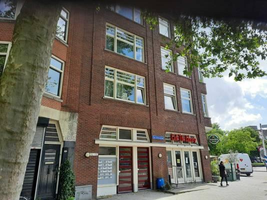 De bewuste woning in Rotterdam-West waar de politie deze week een inval deed.