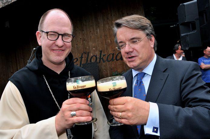 Commissaris van de Koning Wim van de Donk, op de foto met een bekend Brabants biertje: de Tilburgse La Trappe.