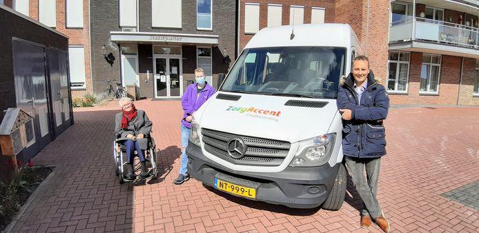 Bezoekster van de dagbesteding Dora Hodes en de twee vrijwilliger chauffeurs Inge Ehrenhard en Dinant Reterink.