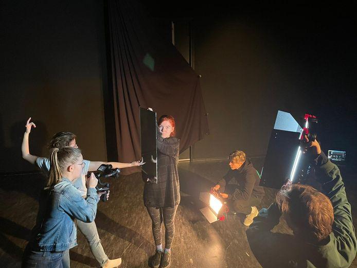 Tijdens de opname van de video performance 'L'Autre' van de groep van student Julia Oud