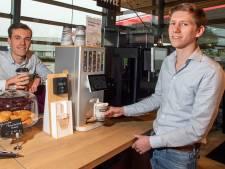 Maarten en Daan uit Enschede balen van vieze kantoorthee. Hun uitvinding: Een 'theemachine'