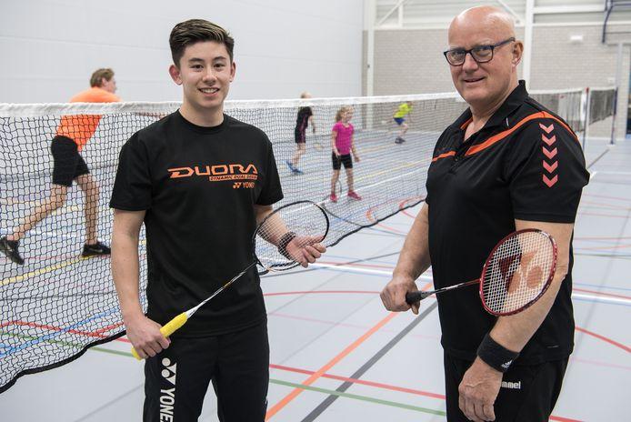 De nieuwe clubtrainer Sebastiaan Li (links) en Gerard Bolscher van BC Sjuttol in Sportcentrum De Vlaskoel.