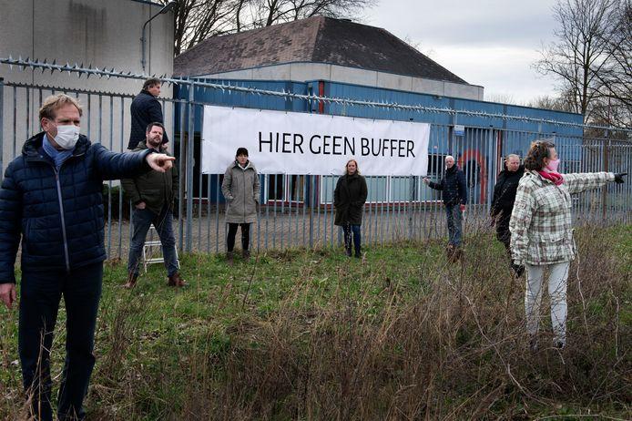 Aan het hek van het WarmteOverdrachtStation (WOS) in Zuilenstein maakten buurtbewoners hun standpunt duidelijk: hier geen warmtebuffer.