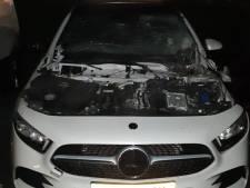 Motorkap Mercedes met opzet opgeblazen voor deur woning Lelystad