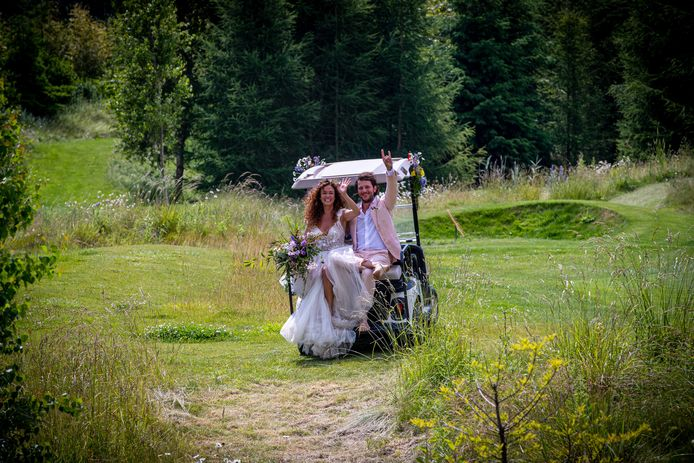 Katja Schuurman en Freek van Noortwijk poseren in trouwkleding tijdens de viering van hun huwelijk in Kraggenburg.