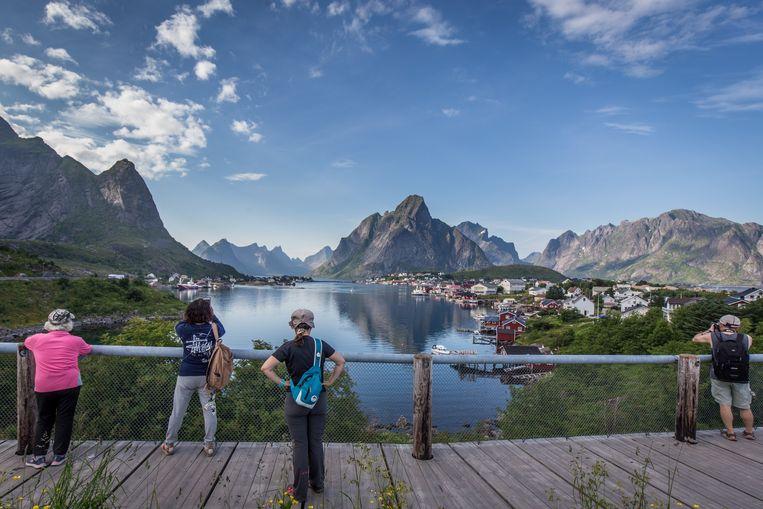 Uitzicht over Reine, de plek die de Lofoten wereldberoemd maakten. Beeld Eric Fokke