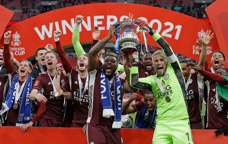 Keeper Kasper Schmeichel en Wes Morgan tonen de FA Cup aan de supporters. Beeld AP