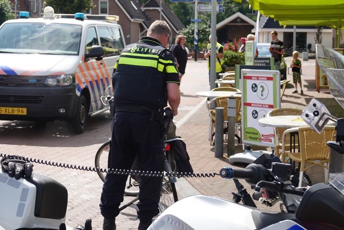Bij een aanrijding op de Stationsstraat in Hardenberg is dinsdagmiddag een fietsster gewond geraakt.