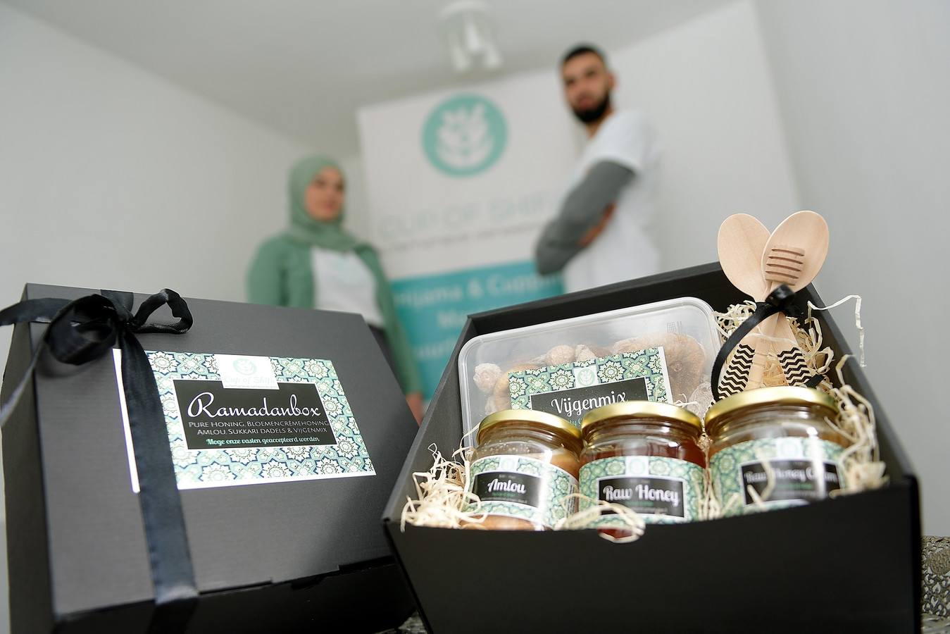 Ramadanbox van bedrijf Cup of Shifa. Op de foto eigenaren Leah Delaney (l) en Oussama Hamdoune (r)