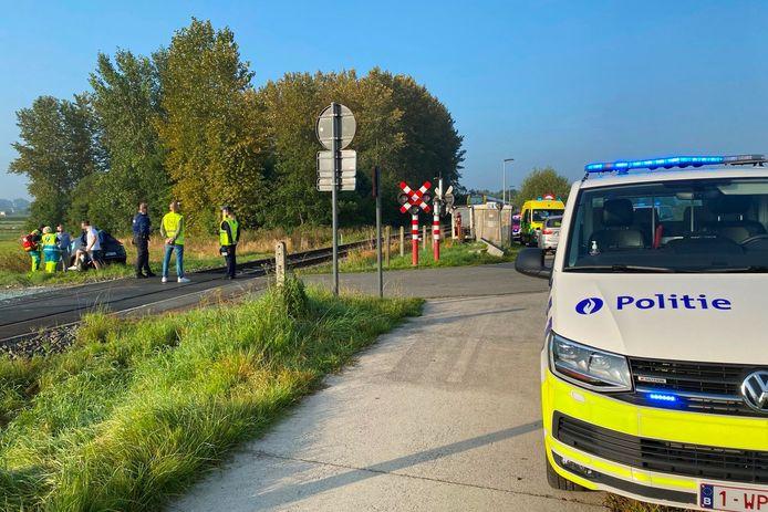 Het ongeval gebeurde op overweg van spoorlijn L89 in de Beekstraat in Mere.