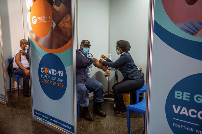 Een agent wordt gevaccineerd in Soweto, Zuid-Afrika.