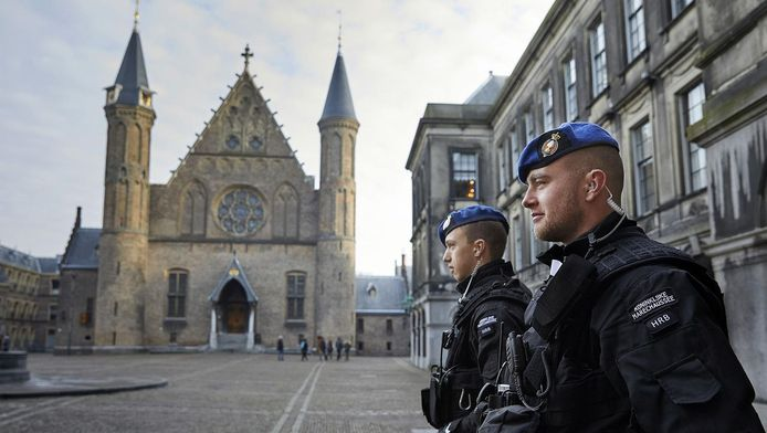 Twee leden van het Hoog Risico Beveiligingseskadron (HRB) op het Binnenhof.