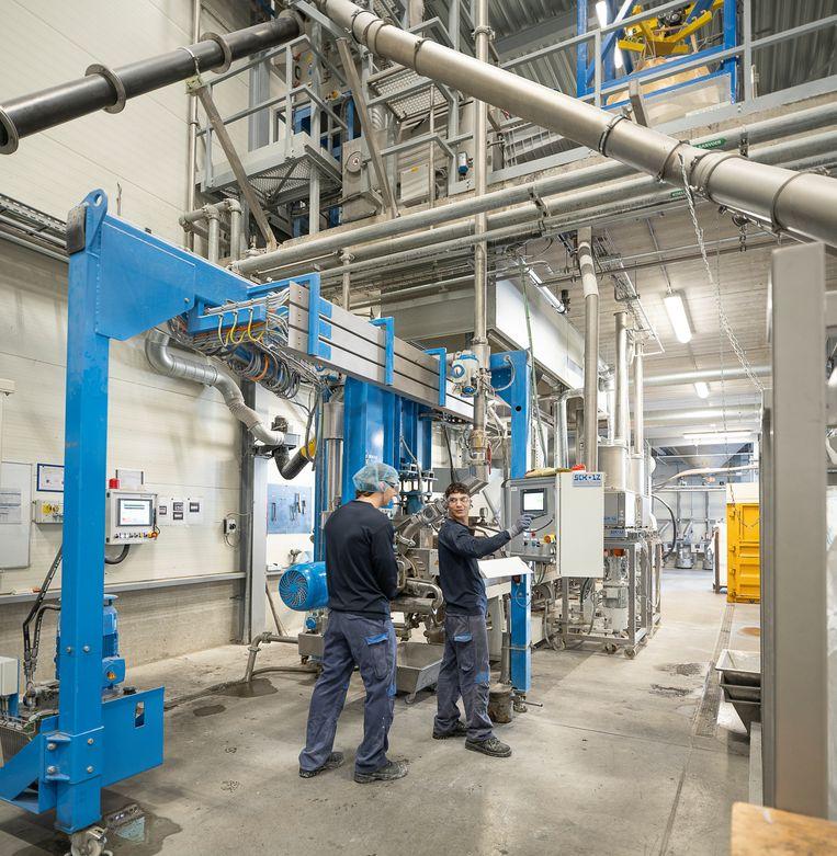 Werknemers van Compound Company in Enschede in hun productiehal. De medewerkers op de foto komen niet in het verhaal voor.   Beeld Harry Cock