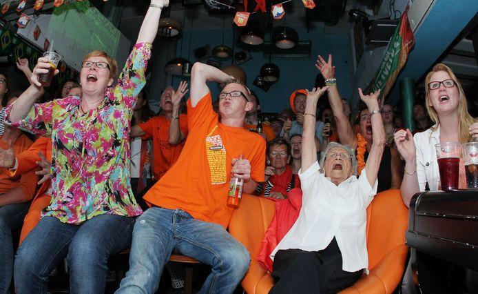 Een vol café Merz tijdens het WK voetbal in 2014. Eigenaar Ferry de Klerk hoopt ook dit jaar honderden gasten te kunnen ontvangen per wedstrijd.